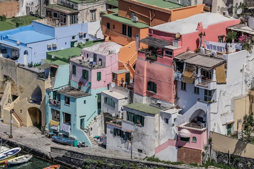 Eine maurisch anmutende farbenfrohe Architektur in Corricella © Siegbert Mattheis