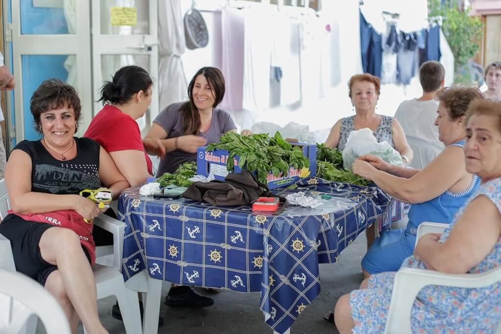 Am Hafen sortieren Frauen gemeinsam Gemüse und plauschen gemütlich © Siegbert Mattheis