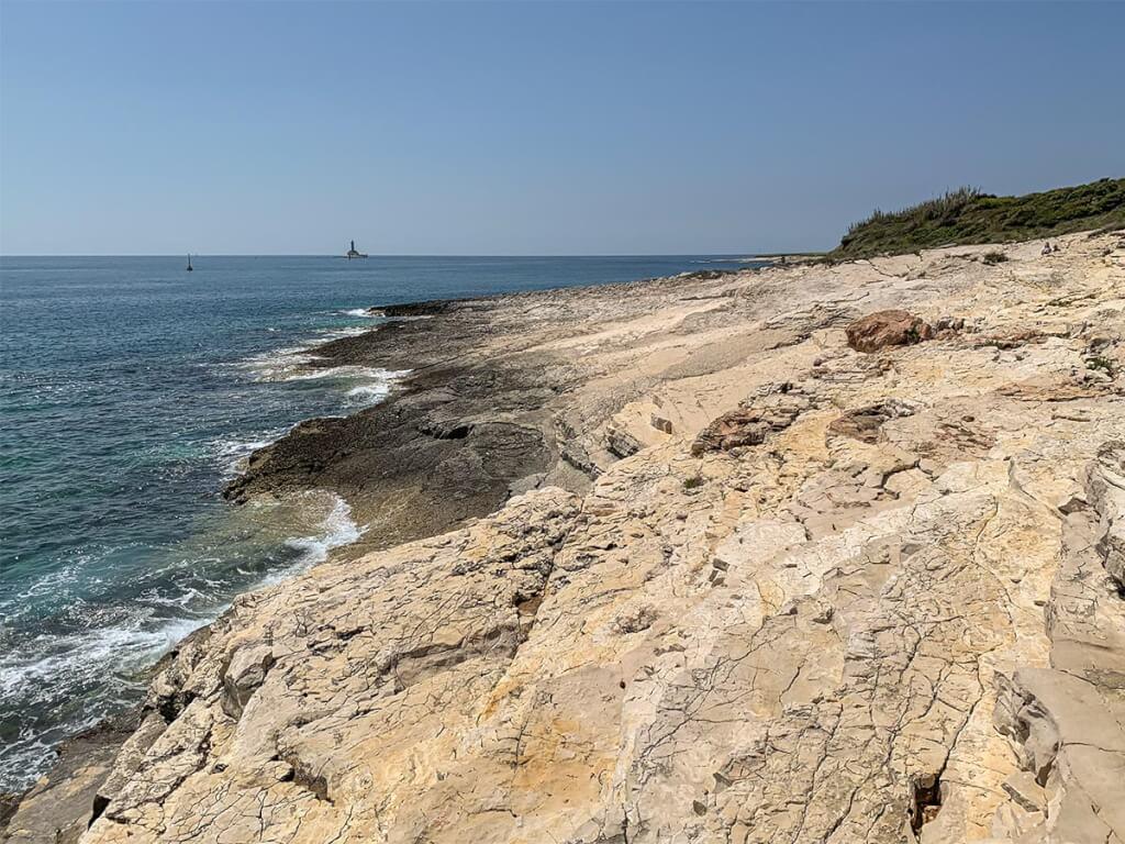 Dank der flach abfallenden Felsen auf der einen Seite muss man nicht von den Klippen springen, um im Meer zu baden © Siegbert Mattheis
