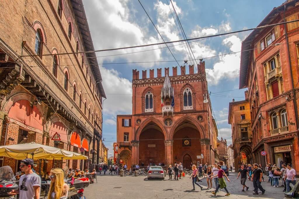 Piazza della Mercanzia oder Loggia dei Mercanti, das frühere Kaufmannsforum © Bologna Welcome