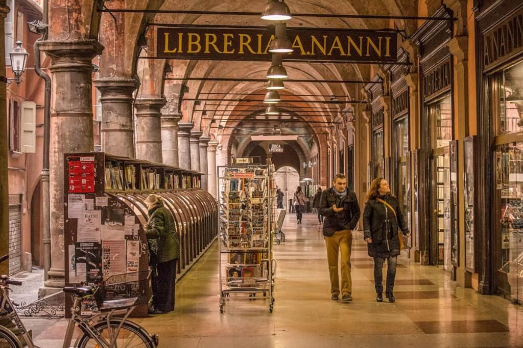 Für solche Säulengänge wie hier in der Portico della Morte ist Bologna berühmt © Bologna Welcome
