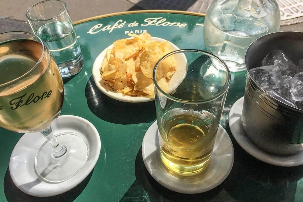 Nach einem Schluck Pastis schmeckt ein Rosé umso intensiver, wie hier im Café de Flore in Paris © Siegbert Mattheis