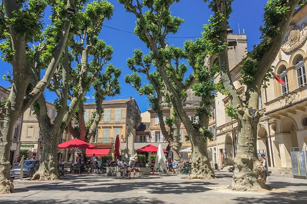 Zur Mittagssonne in einem provenzalischen Dorf wie hier in Sainrt-Rémy de Provence passt ein Pastis © Siegbert Mattheis