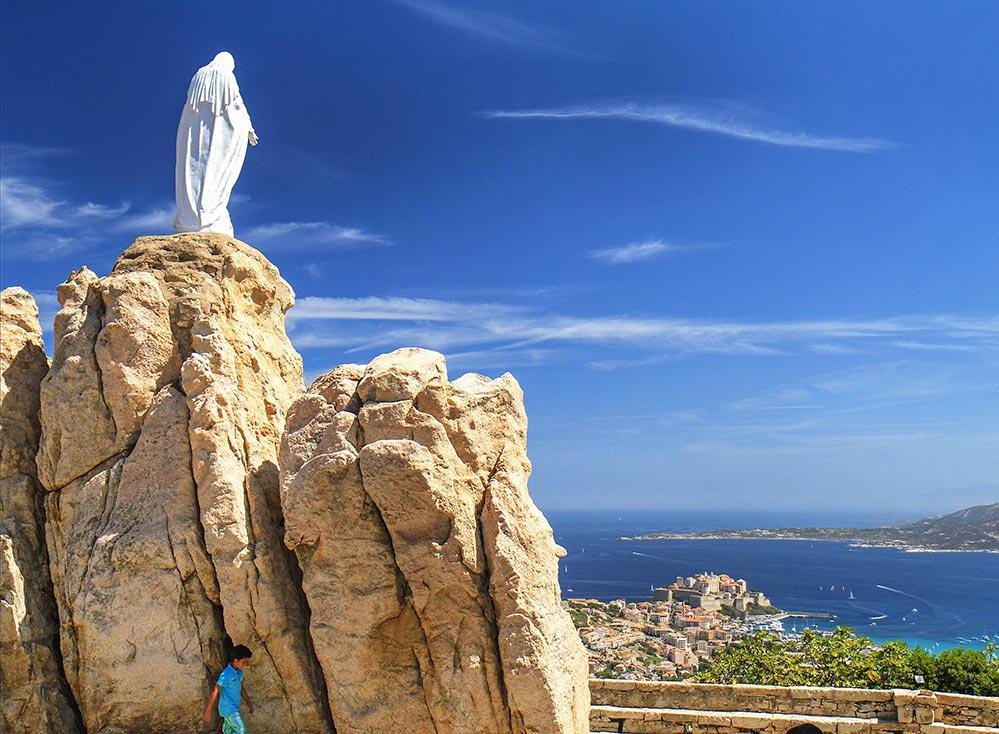 Pilgerkirche Notre-Dame de la Serra mit großartigen Blick auf die Bucht von Calvi © Sébastien Aude