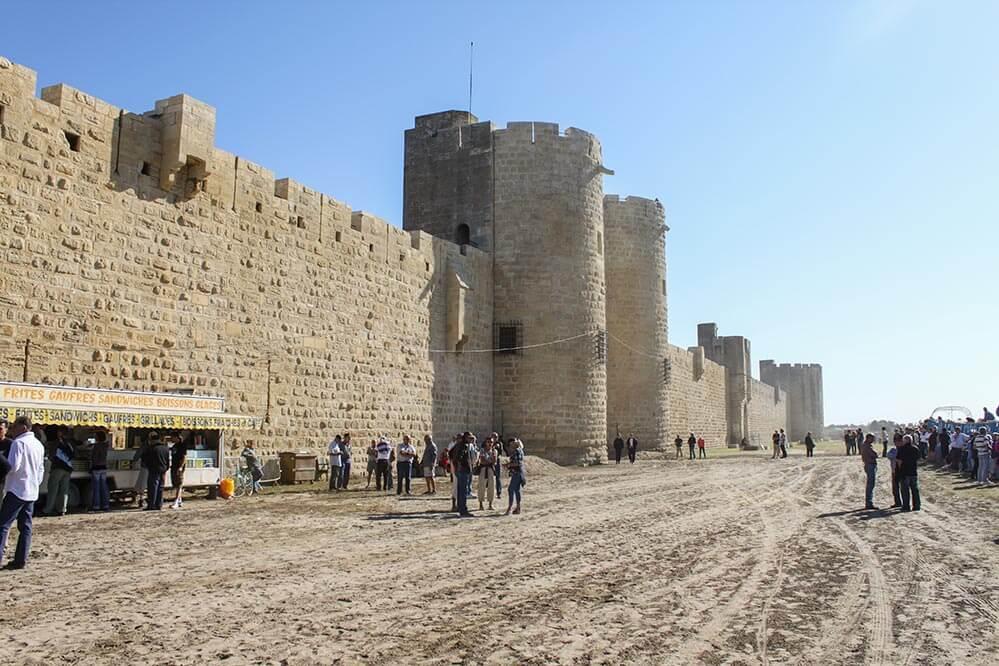Stadtmauern von Aigues Mortes am Morgen