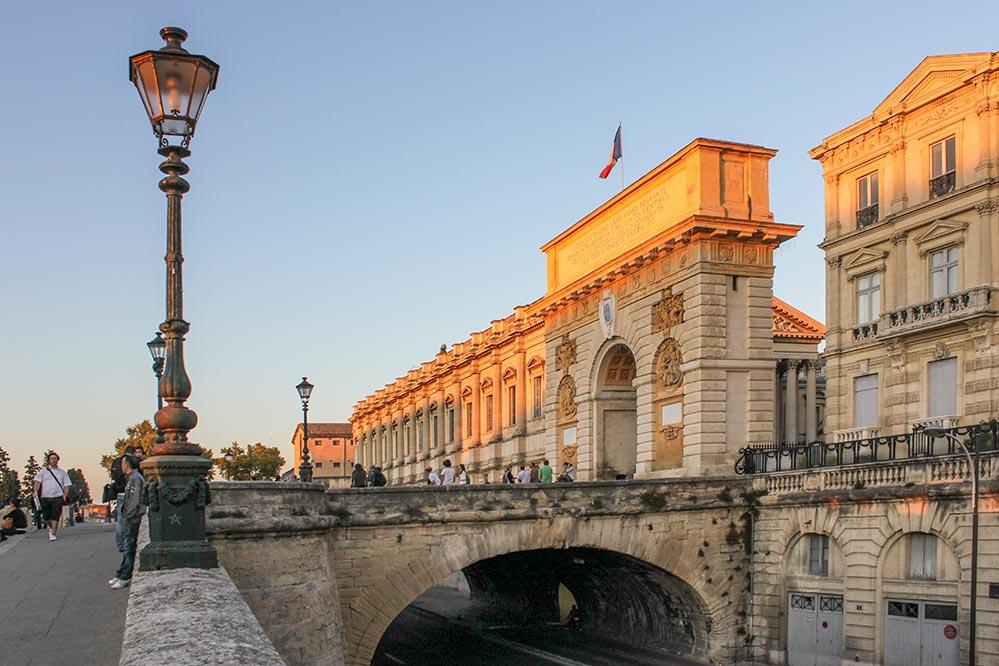 Der Triumphbogen Porte du Peyrou in der Abendsonne
