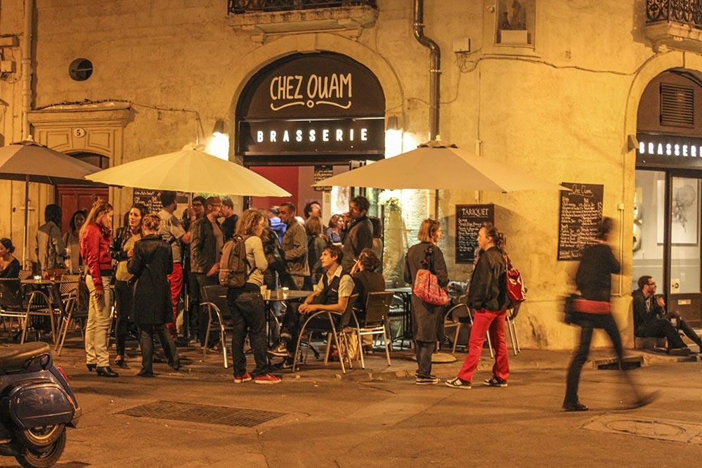 Studentisches Leben abends in den Gassen von Montpellier © Siegbert Mattheis