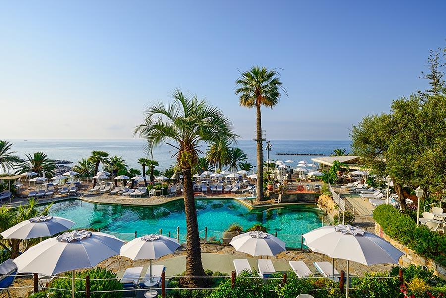 Weiter Blick auf das Meer und den Pool des Hotels