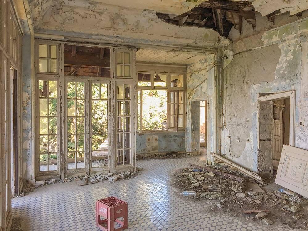 Villa Mussolini, Reste einer Party im Saal der Villa © Siegbert Mattheis