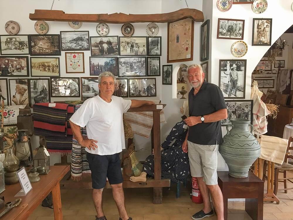 Panagiotis Loukaras erzählt über das frühere Rhodos in seinem Folklore-Museum © Siegbert Mattheis