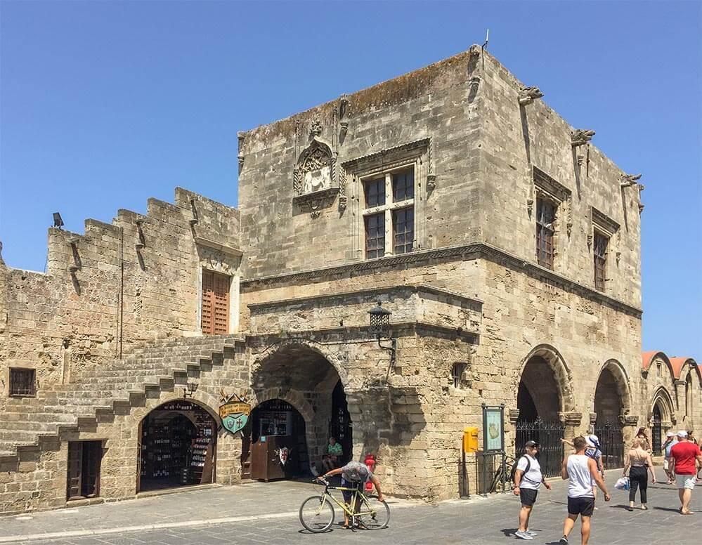 Castellania am Hippokrates-Platz, im Mittelalter das Handelsgericht, heute Stadtbibliothek © Siegbert Mattheis