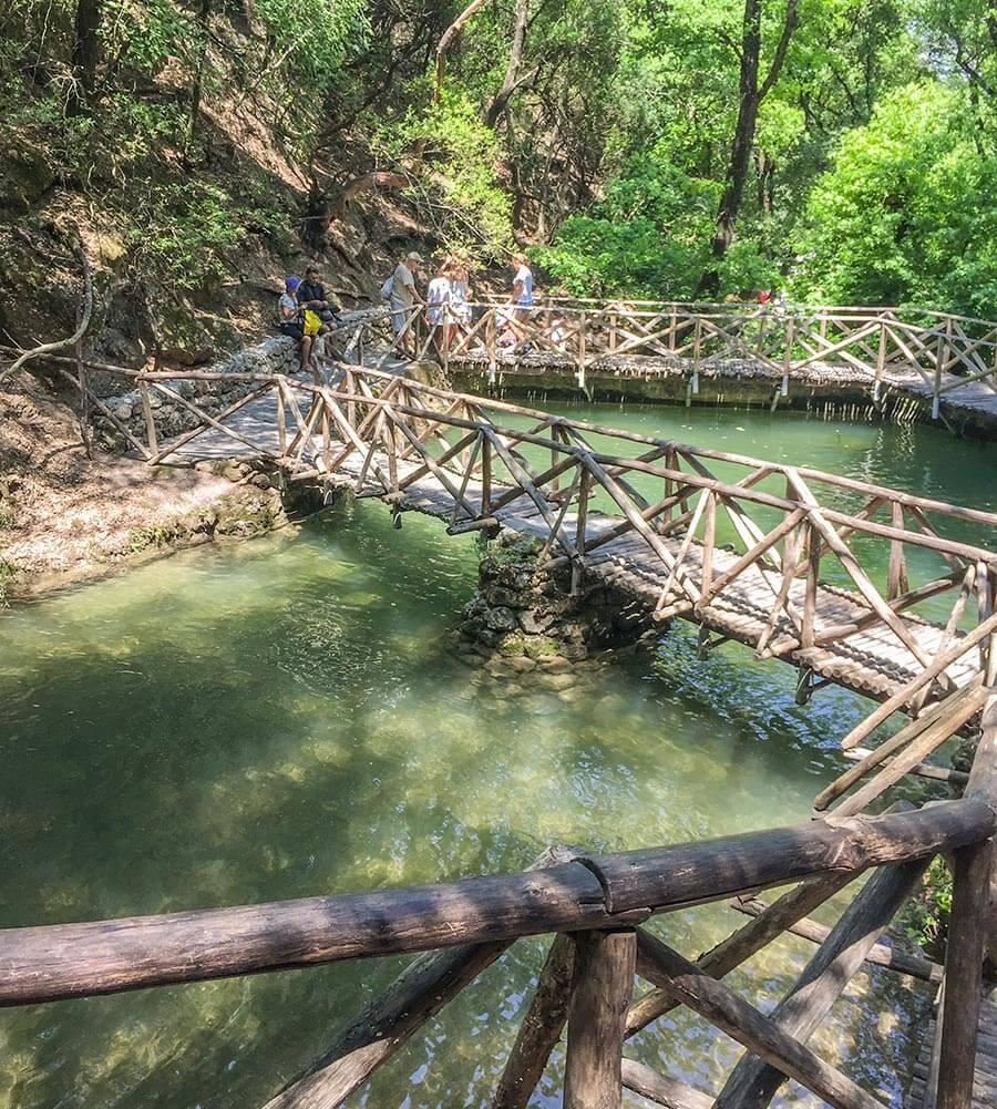 Holzstege führen über Teich und Wasserlauf © Siegbert Mattheis