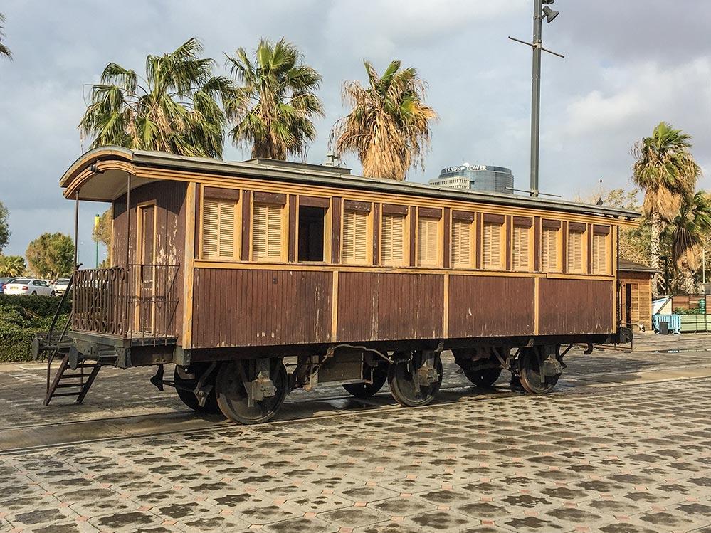 Alter Eisenbahnwaggon auf dem Bahnhofsgelände