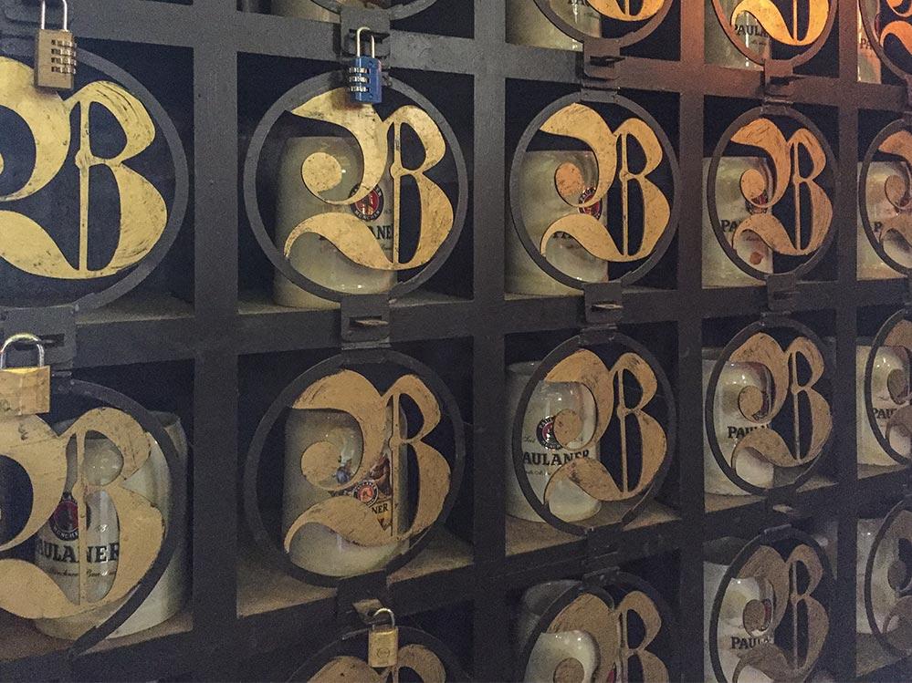 Im Keller des Biergartens werden wie in Bayern die privaten Maßkrüge verschlossen verwahrt © Siegbert Mattheis