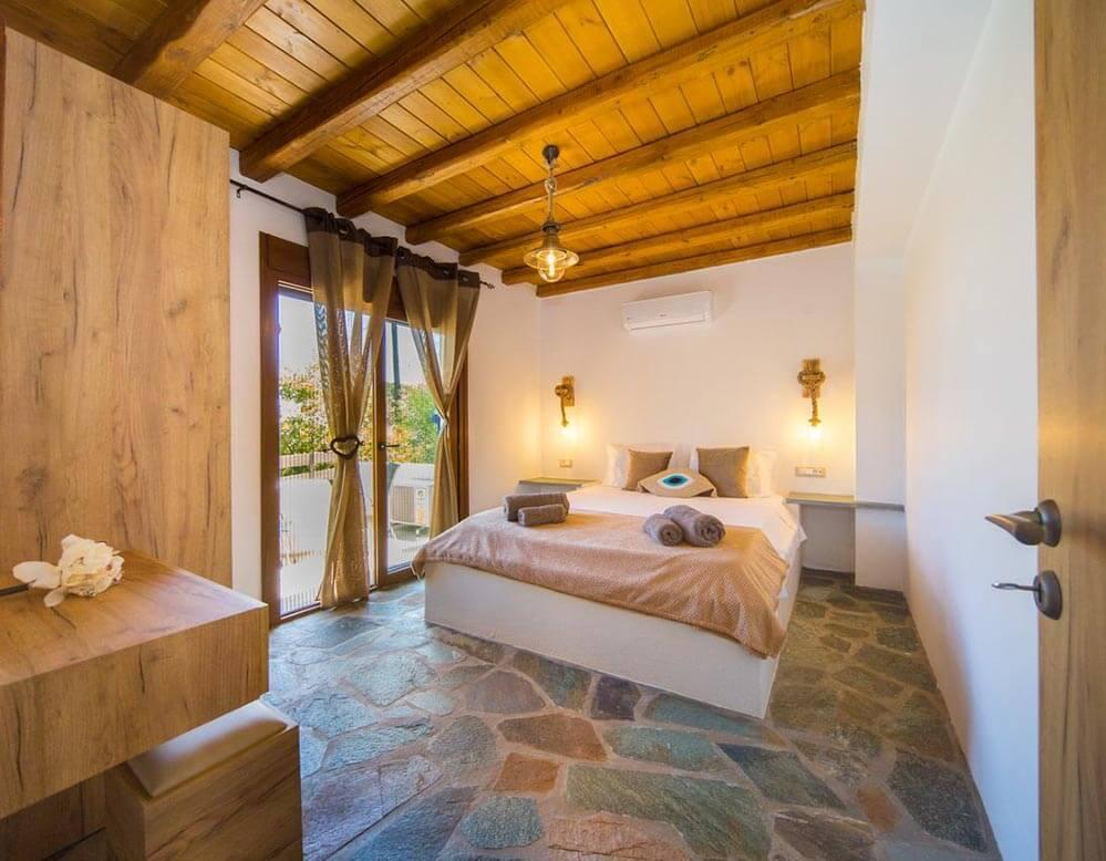 Schlafzimmer mit Doppelbett und Veranda © Pitropos Garden