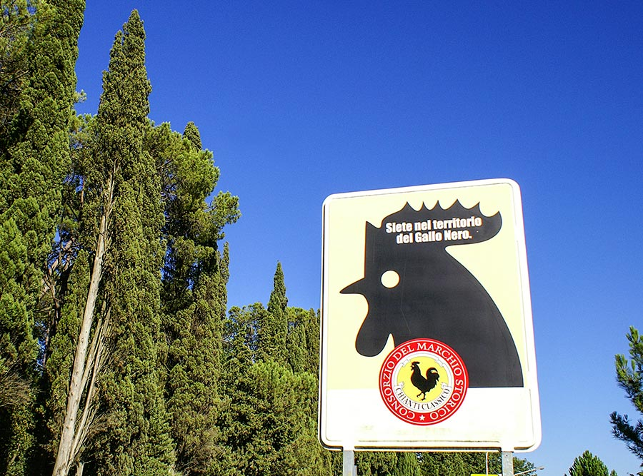 """""""Sie sind im Gebiet des Schwarzen Hahns"""", darauf weisen die Schilder rund um das Chiantigebiet hin © Siegbert Mattheis"""