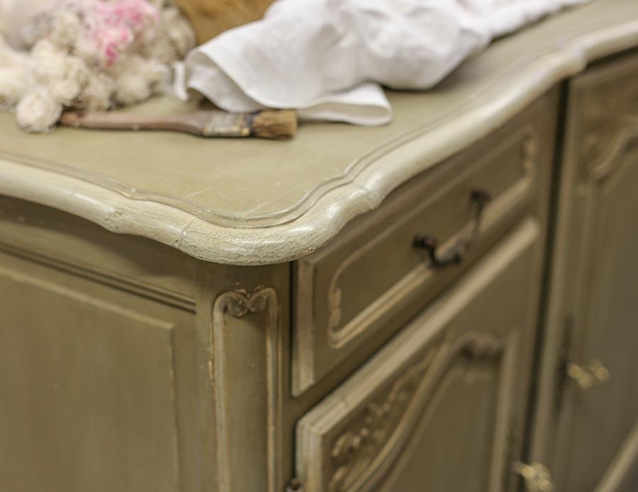 Möbel mit Gebrauchsspuren bei einem Restaurateur in der Provence © Siegbert Mattheis