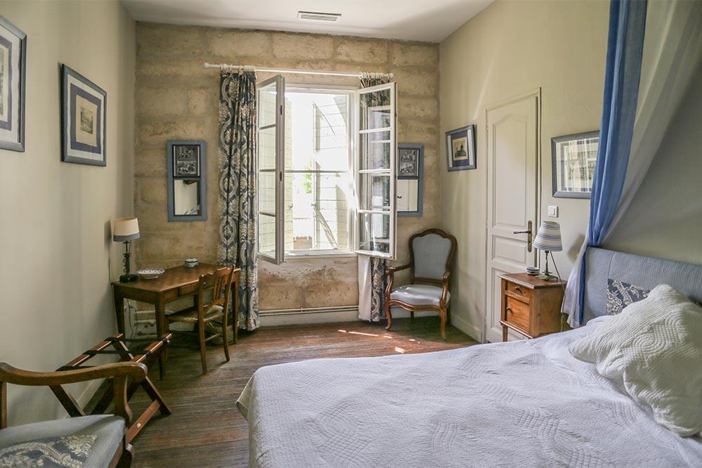 Schlafzimmer mit Louis quinze und einfachen bäuerlichen Möbeln © Siegbert Mattheis