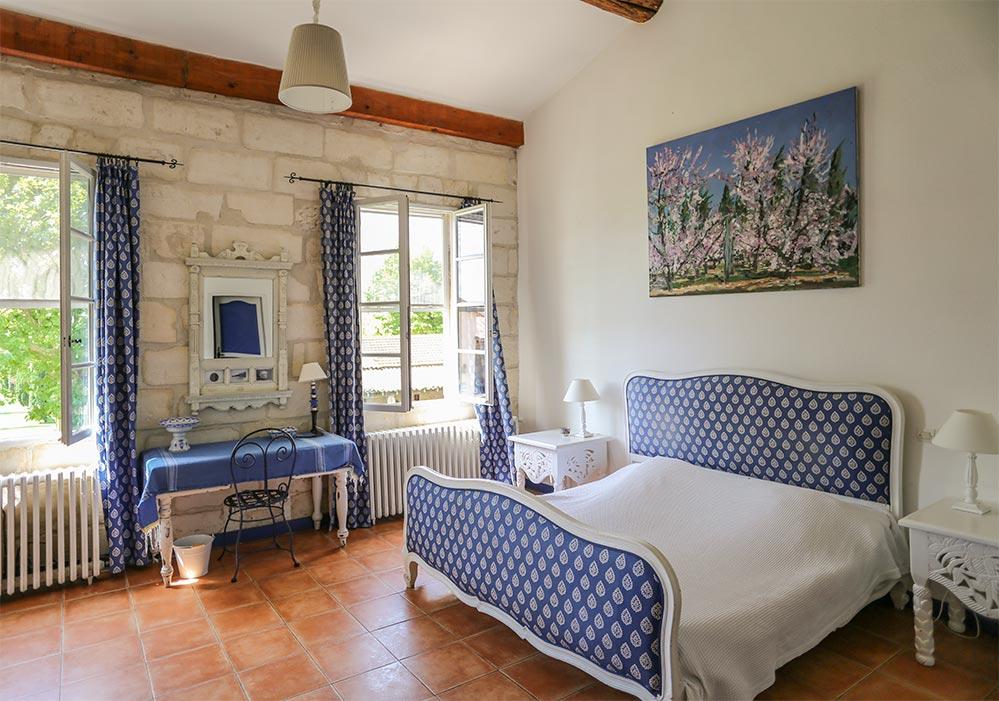 Typisches Schlafzimmer im französischen Landhausstil mit Souleiado-Motiven in der Domaine du Clos bei Beaucaire