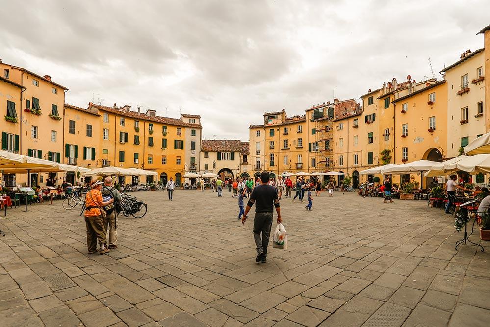 Der ungewöhnliche ovale Marktplatz in Lucca © Siegbert Mattheis