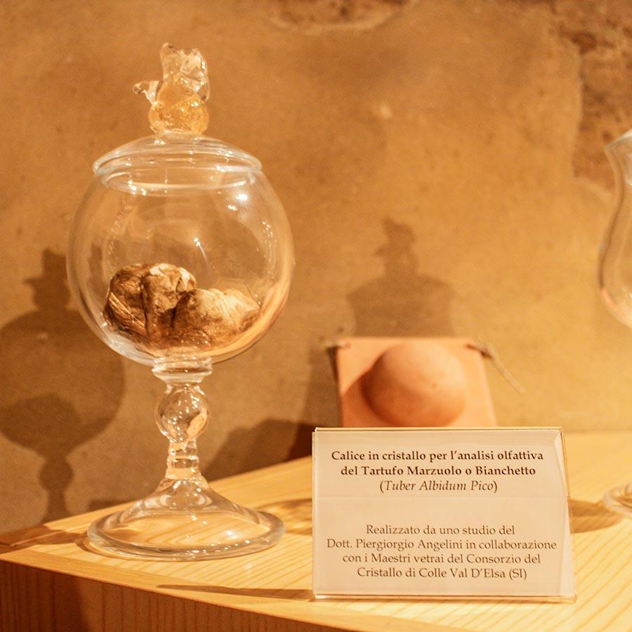 Kristallglas zur Geruchsanalyse von Marzuolo oder Bianchetto-Trüffeln im Museum © Siegbert Mattheis