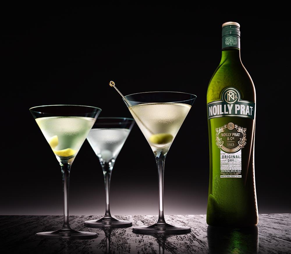 Gläser Martini Cocktails mit Noilly Prat-Flasche