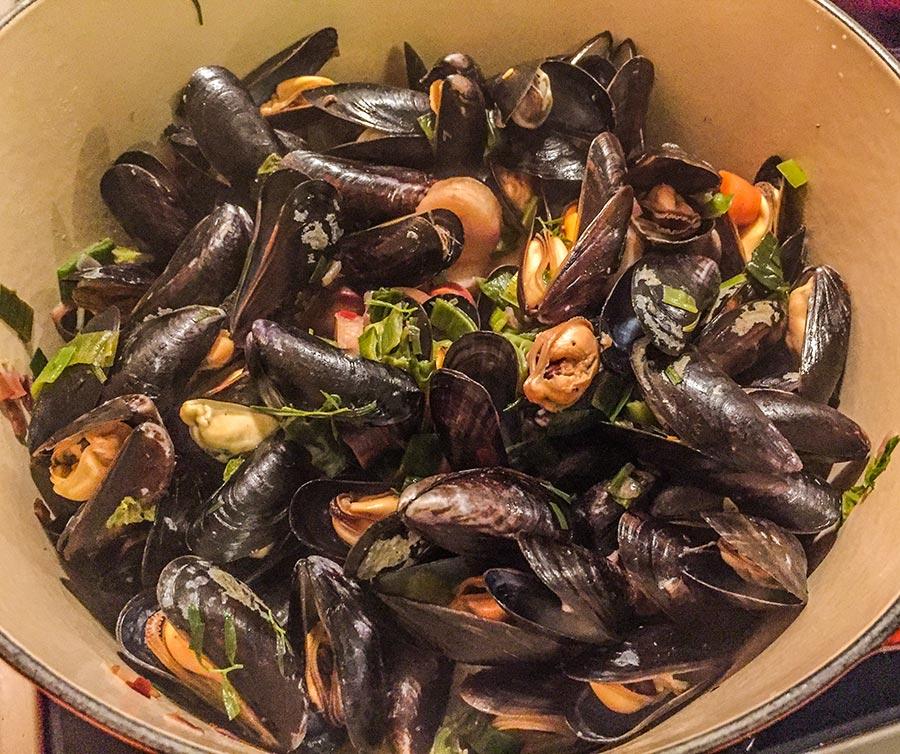 Muscheln kochen in Weißweinsauce und Gemüse