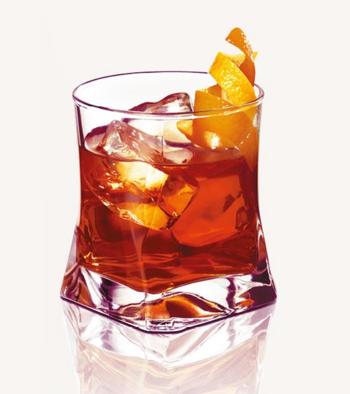 Glas Noilly Prat Aperitif Le Marseillanais mit Orangenzeste
