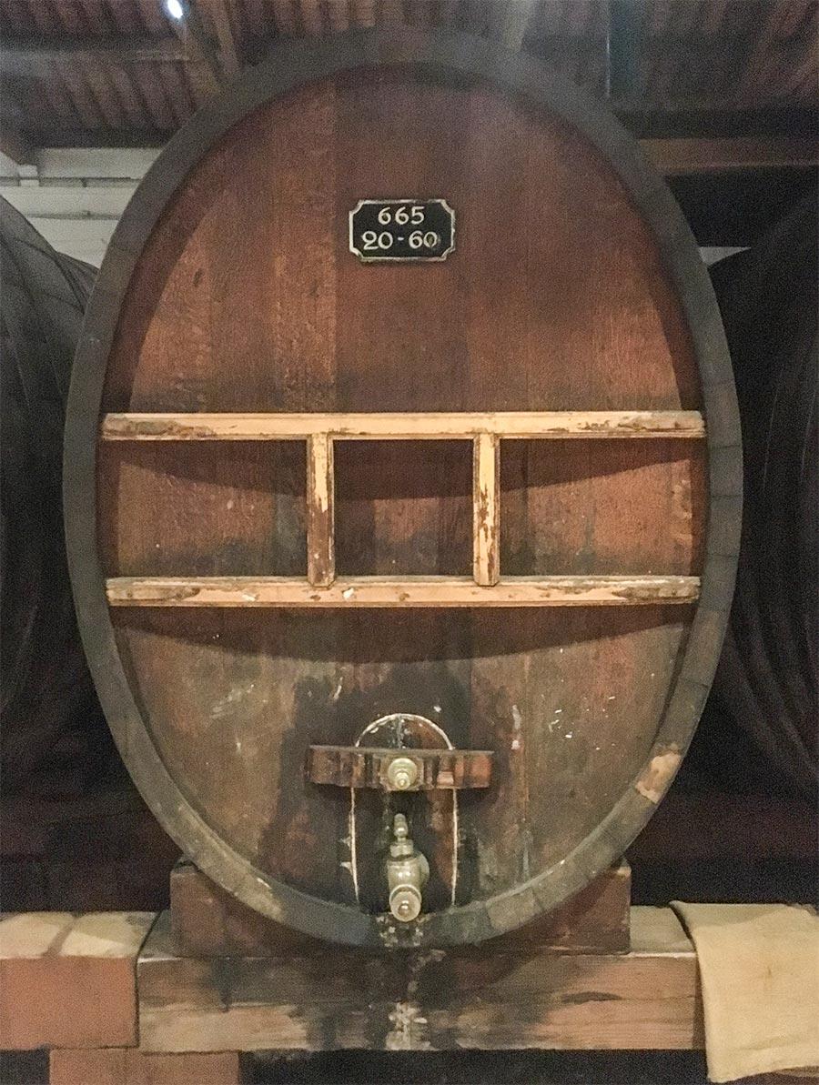 In diesen ovalen Fässern wird der Wein mit den Kräutern und Gewürzen vermengt © Siegbert Mattheis