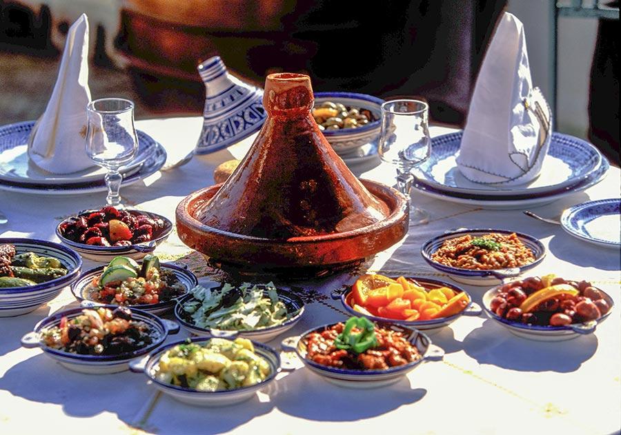 Marokkanische Tajine und Schälchen aus Porzellan