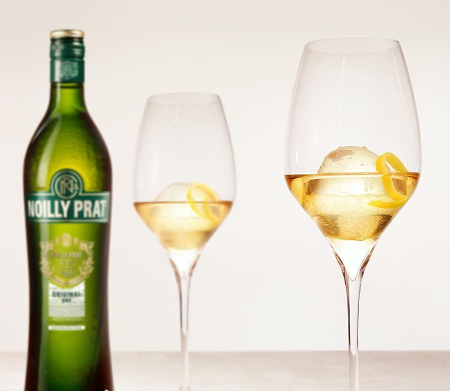Noilly Prat auf Eis mit Zitronenzeste