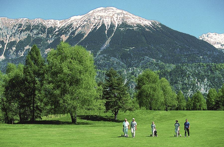 Golfen in Bled, im Hintergrund die Berge