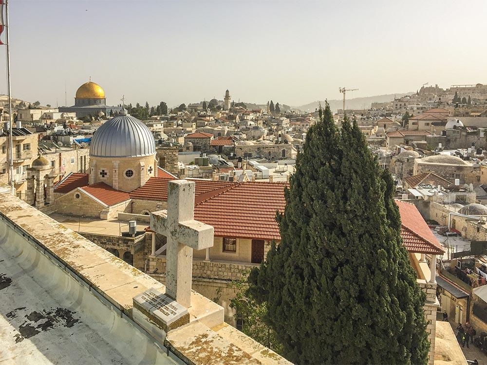 Blick vom Dach des Hospizes auf die Kirche der Schmerzen Mariä (vorne) und auf die markante goldene Kuppel des Felsendoms