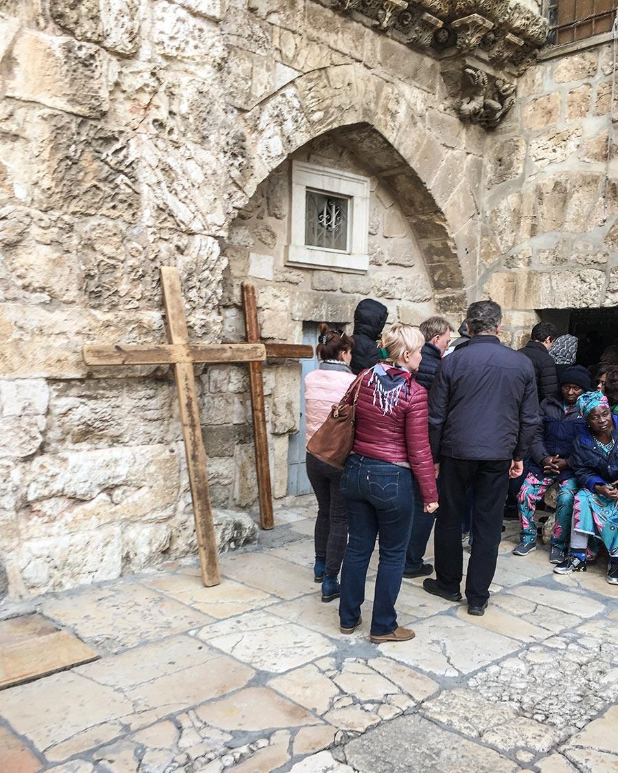 Vor der Kirche abgestellte Kreuze, die Pilger von der Via Dolorosa bis hierher getragen hatten