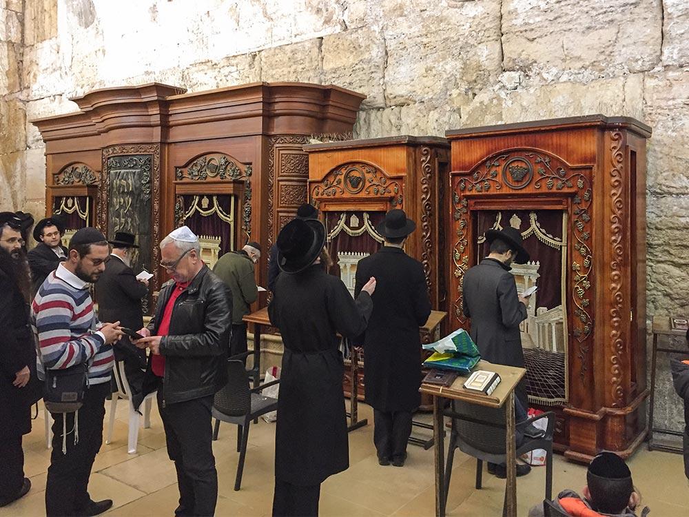 Im Tunnel links der Klagemauer beten orthodoxe Juden