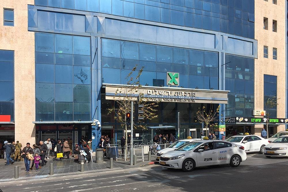 Zentraler Busbahnhof im Einkaufszentrum