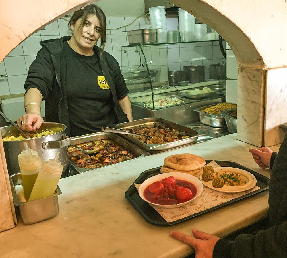 Die freundliche Köchin im Restaurant Rahme