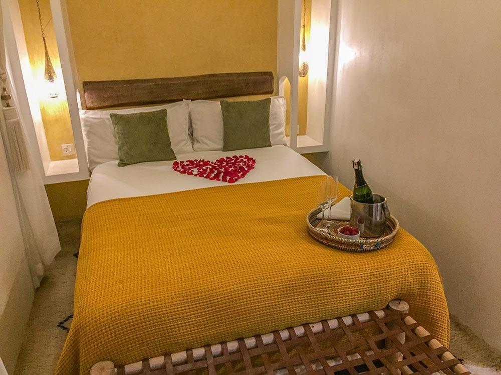 Marrakech Riad Bett mit Rosenblättern in Herzform