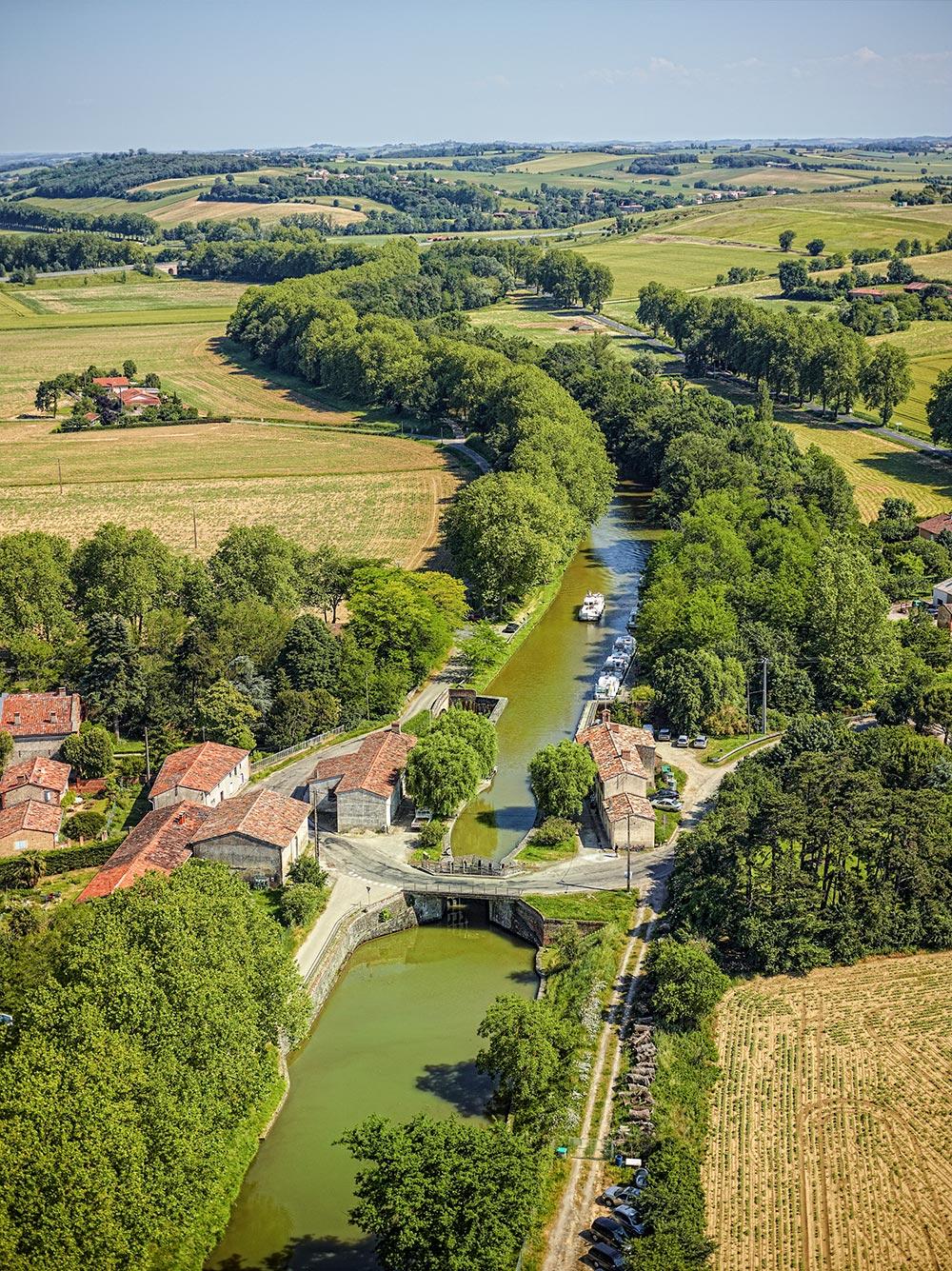 Luftaufnahme des Canal des deux mers in grüner Landschaft