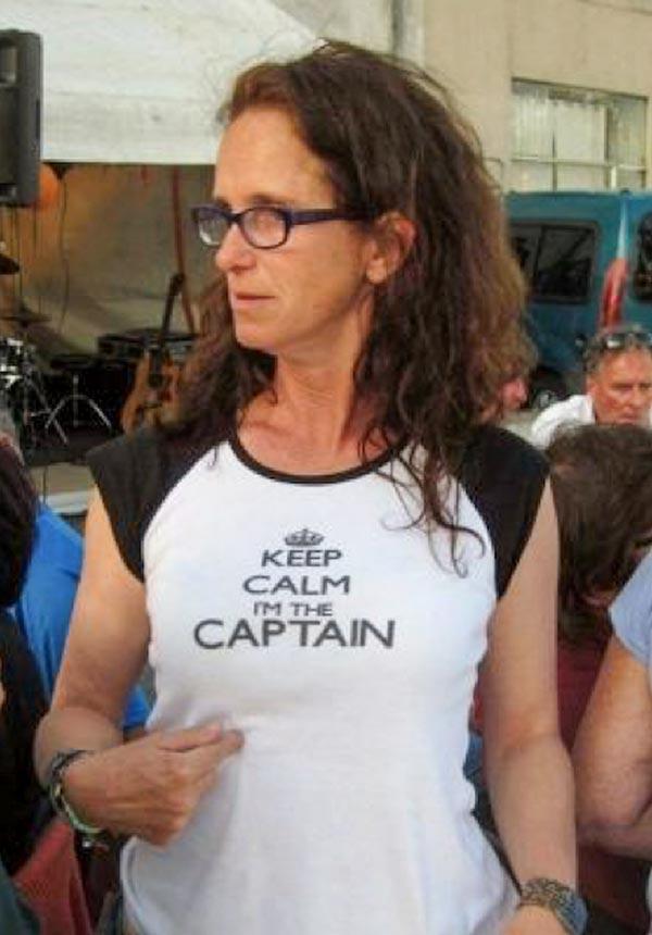 "Odile mit T-Shirt-Aufschrift ""Keep calm, I'm the Captain"""