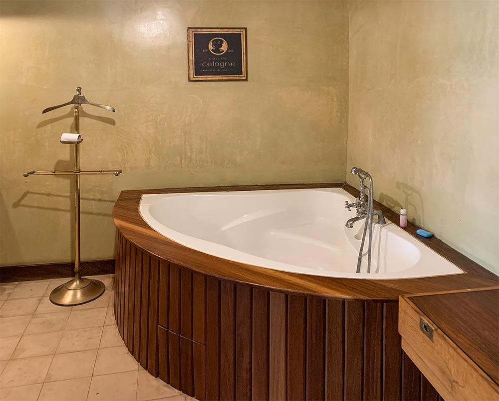 Mit Holz verkleidete Badewanne mit antiken Armaturen © Siegbert Mattheis