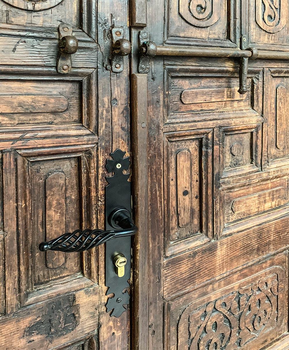 Holztür mit alten Beschlägen
