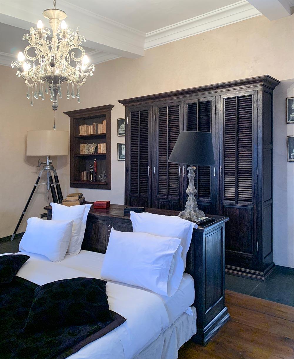 Stilecht: dunkel gebeiztes Holz kombiniert mit weißer Baumwolle und opulentem Kronleuchter © Siegbert Mattheis