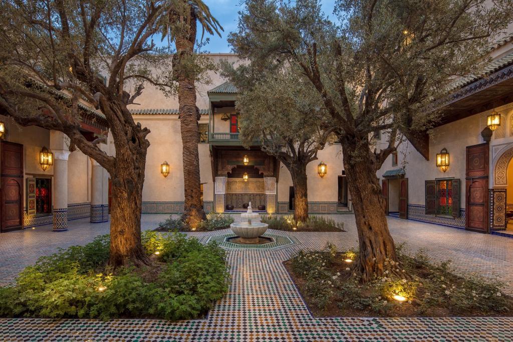 Der Innenhof mit alten Olivenbäumen und Palmen