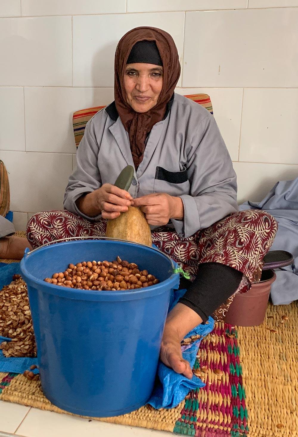 Berberfrau beim mühseligen Knacken der Argankerne © Siegbert Mattheis
