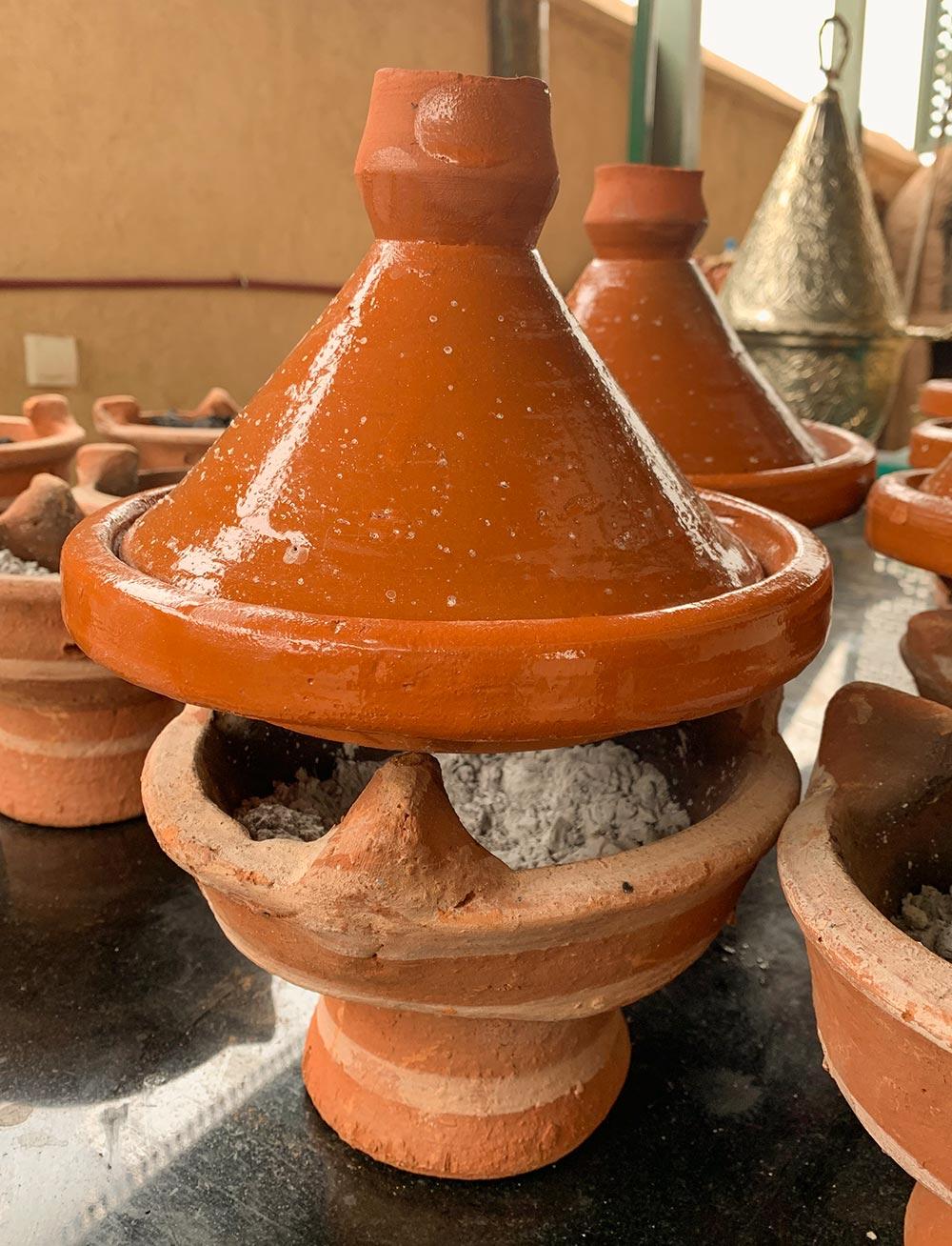 Traditionell schmort die Tajine über Glut © Siegbert Mattheis
