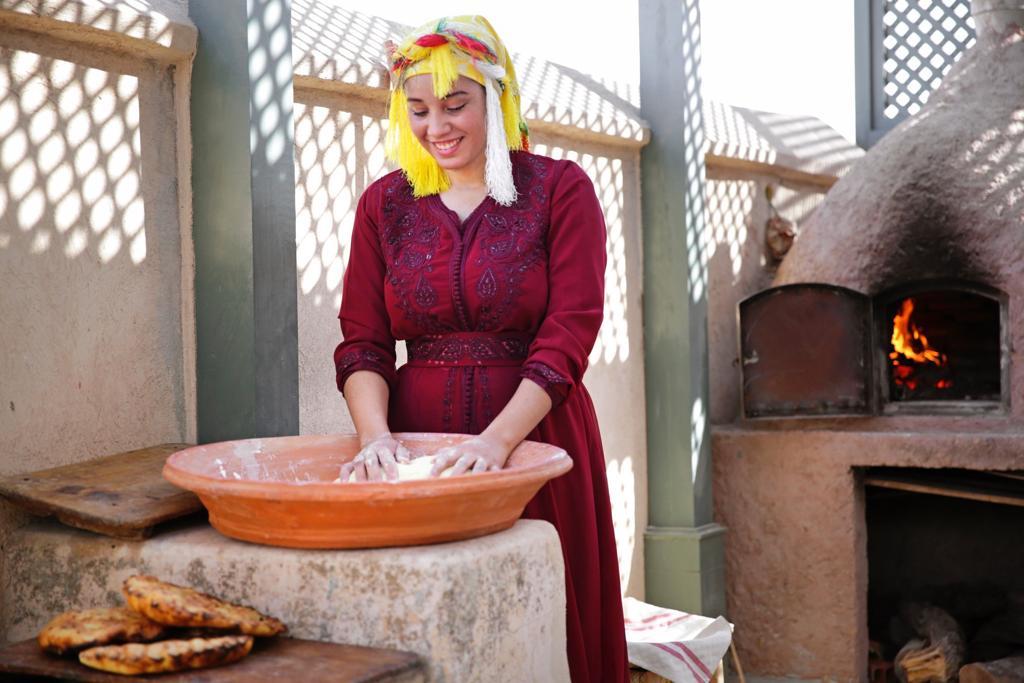 Oben auf der Terrasse wird traditionelles Brot gebacken