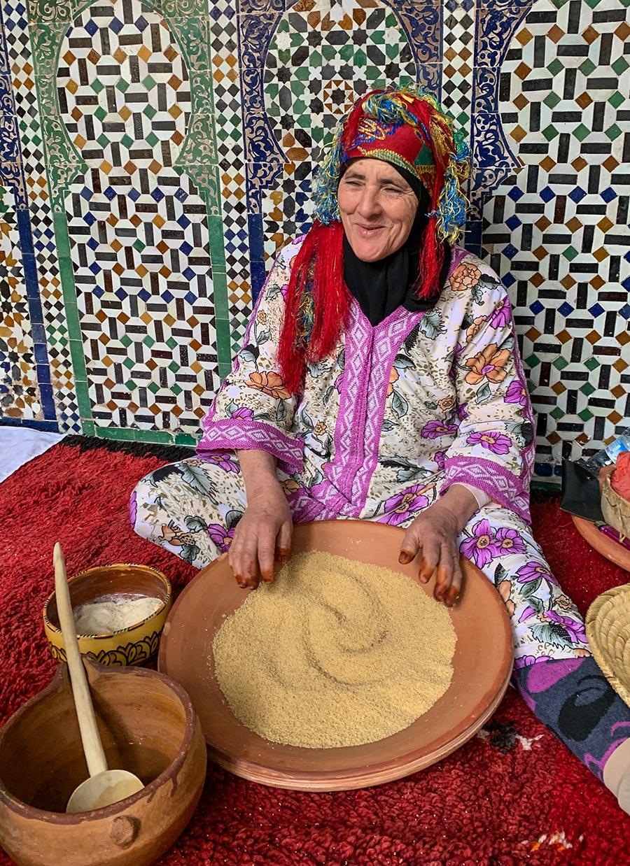 Eine freundliche Berberfrau demonstriert uns die Couscous-Herstellung