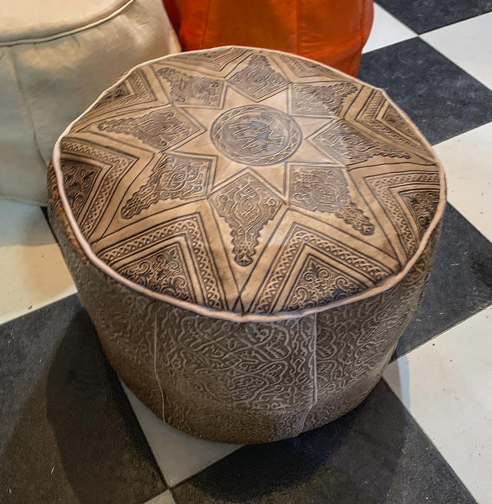 Brauner Pouf aus Kamelleder in Marrakech