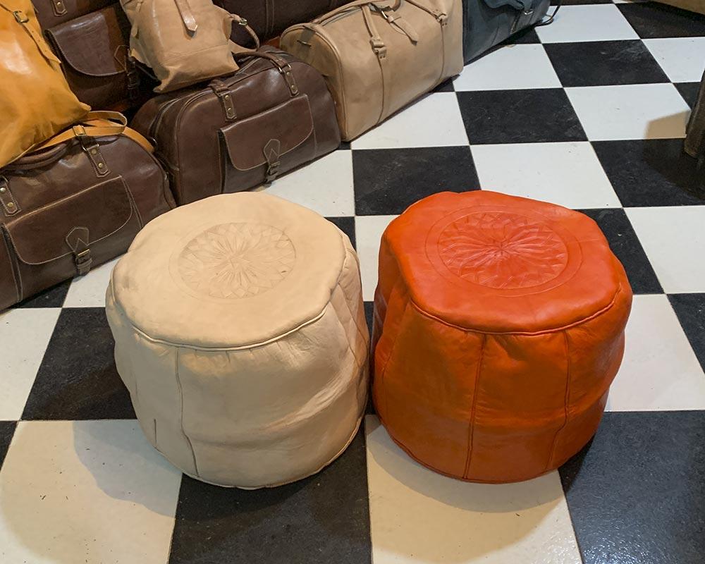 Poufs aus Ziegenleder in beige und rot